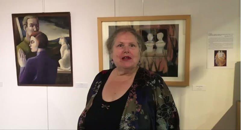Capture de la vidéo de la commissaire d'exposition commentant les œuvres